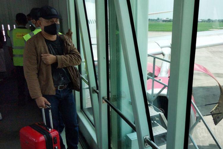 Penumpang pesawat udara Batik Air dari Aceh turun di terminal Bandara Internasional Kualanamu, Deli Serdang, Sumatera Utara, setelah pesawat udara yang mengangkut penumpang tujuan Jakarta teesebut mengalami gangguan teknis di bagian mesin, Ahad (29/8/2021).