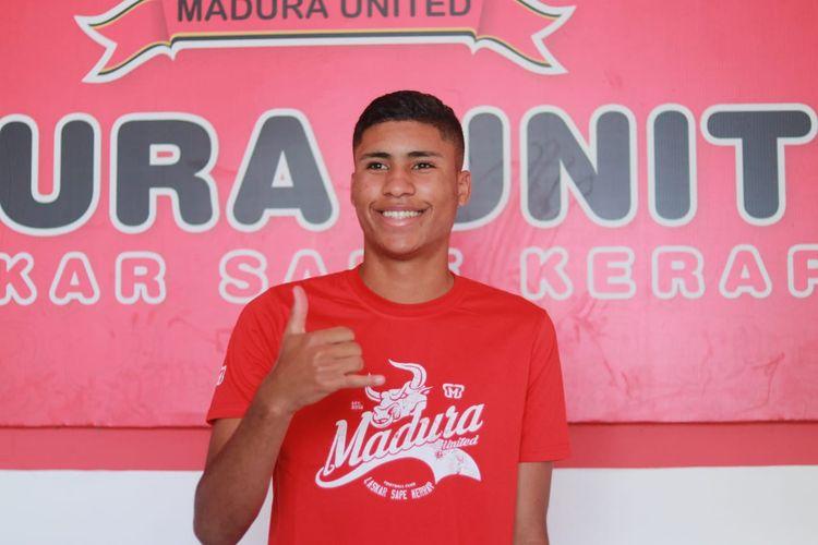 Pemain asal Brasil berposisi striker yang bergabung Madura United Robert Junior Rodrigues Santos.