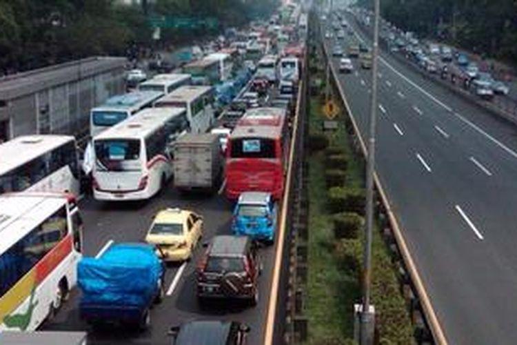 Kondisi lalu lintas di Jalan Gatot Subroto tepatnya di depan Kemenakertrans pada Rabu (1/5/2013). Terlihat arus kendaraan menuju arah  Semanggi mengalami kemacetan parah, sedangkan arah sebaliknya menuju Cawang lancar