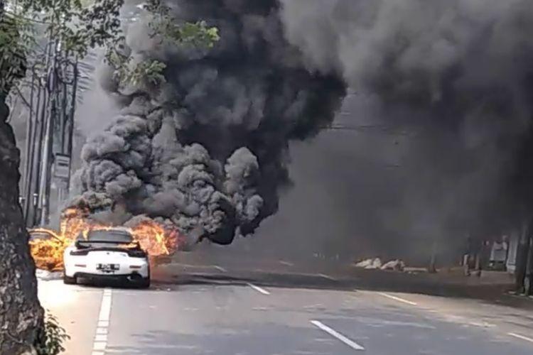 Sebuah mobil terbakar di Jalan Suryo, Kebayoran Baru, Jakarta, Kamis (6/8/2020) sekitar pukul 09.25 WIB.