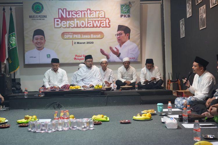 Ketua Komisi X yang juga Ketua DPW PKB Jawa Barat Syaiful Huda (pegang mik) saat menghadiri Nusantara Bershalawat agar terhindar dari virus corona di kantor DPW PKB Jabar, Bandung, Senin (2/3/2020) malam.