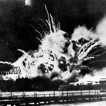 Angkatan Udara Kerajaan Jepang membombardir Pearl Harbour, yang memicu perang di Pasifik pada Desember 1941. Banyak siswa Jepang dibuat tidak tahu apa-apa tentang kejahatan perang Jepang dalam Perang Dunia II.