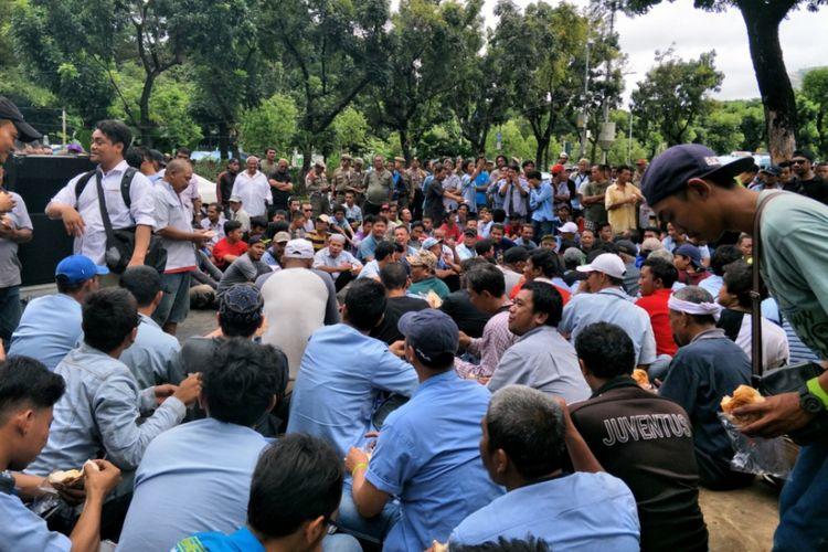 Para sopir angkot berdemo di depan Balai Kota DKI Jakarta, Senin (22/1/2018).