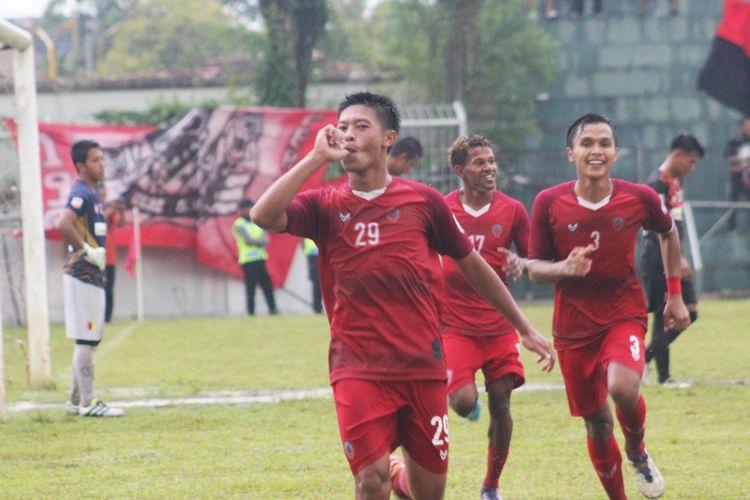 Pemain tengah Persipur Purwodadi, Albebta Dewangga Santoso selebrasi kemenangan bersama rekannya setelah membobol gawang PPSM Sakti Magelang, di Stadion Krida Bakti Purwodadi, Grobogan, Minggu (7/5/2017) sore.