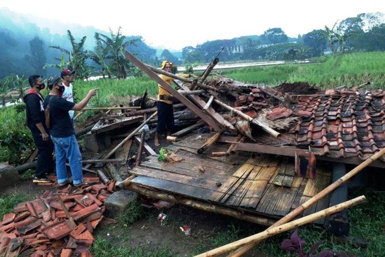 Kondisi bangunan saung di Kabupaten Cianjur, Jawa Barat, yang ambruk akibat terjangan angin kencang dsertai hujan deras yang menewaskan dua orang petani yang sedang berteduh, Minggu (11/4/2021).