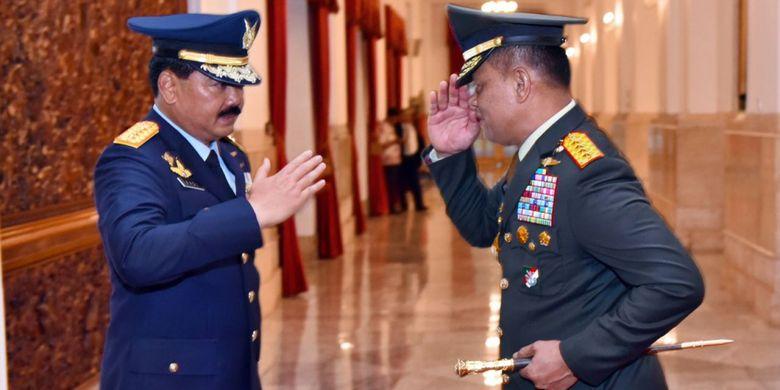 Jenderal Gatot Nurmantyo dan Panglima TNI Marsekal Hadi Tjahjanto saling memberi hormat usai pelantikan di Istana Negara, Junat (8/12/2017).