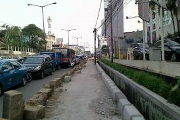 Jalan di depan RS Fatmawati, Jakarta Selatan, Senin (9/9/2013), dilebarkan untuk menyokong pembangunan mass rapid transit (MRT).