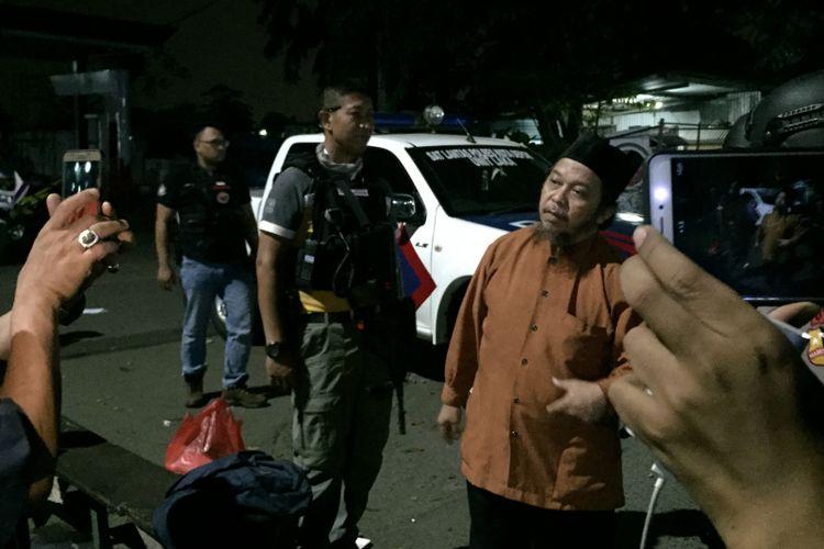 Seorang laki-laki asal Klender, Jakarta bernama Yan Syahrial Hasibuan (52) mengaku ingin jadi negosiator sandera anggota Detasemen Khusus (Densus) 88 Antiteror. Ia pun datang ke Mako Brimob, Kelapa Dua, Depok pada Kamis (10/5/2018) pukul 01.45 WIB dini hari.