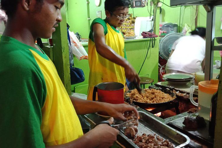 Nasi goreng babat Pak Karmin di Jalan Pemuda, Semarang, yang tak pernah sepi pembeli. Tempat makan ini buka mulai Pukul 08.00 hingga 22.00.