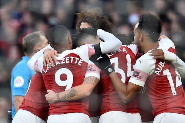 Para pemain Arsenal merayakan gol Granit Xhaka pada pertandingan versus Fulham di Stadion Emirates dalam lanjutan Liga Inggris, 1 Januari 2018.