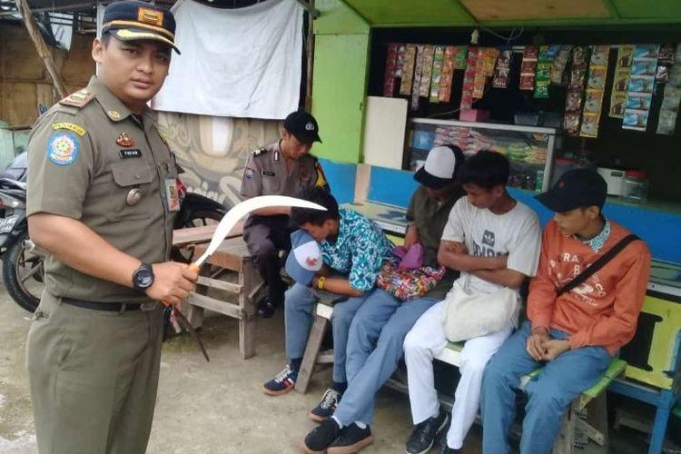 Petugas Satpol Jakarta Barat amankan pelajar yang kedapatan membawa senjata tajam celurit