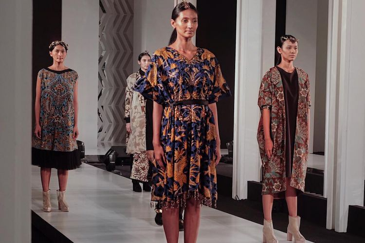 Sejumlah koleksi kolaborasi batik Mel Ahyar x Iwan Tirta Private Collection.