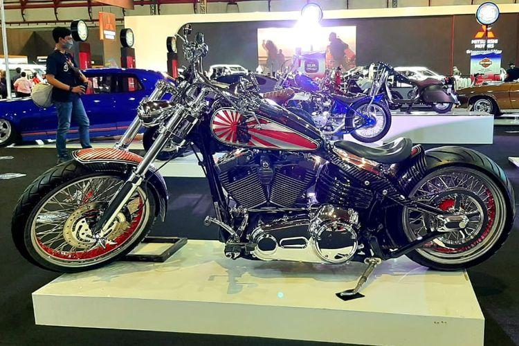 Motor custom Harley-Davidson Rocker C bergaya bobber garapan Imagineering Customs