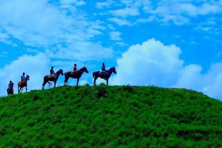 Anak-anak usia sekolah dasar di Sumba, Nusa Tenggara Timur berlatih pacuan kuda di padang sabana.