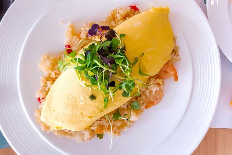 Ilustrasi omurice khas Jepang, nasi goreng omelet creamy.