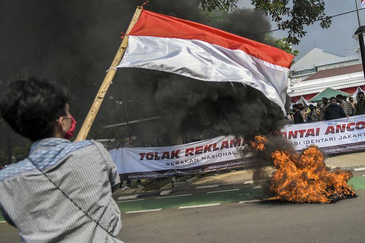 Massa yang tergabung dalam Gerakan Nasional Tolak Reklamasi (Gentar) Jakarta menggelar aksi unjuk rasa di depan gedung Balai Kota, Jakarta, Rabu (8/7/2020). Mereka menuntut Gubernur DKI Jakarta Anies Baswedan segera mencabut izin reklamasi di kawasan Pantai Ancol.
