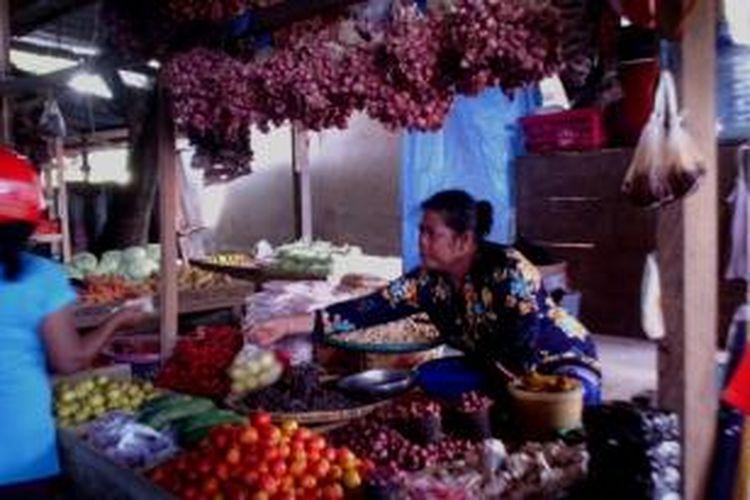 Transaksi antara penjual sembako dan masyarakat di pasar sentral Kolaka.