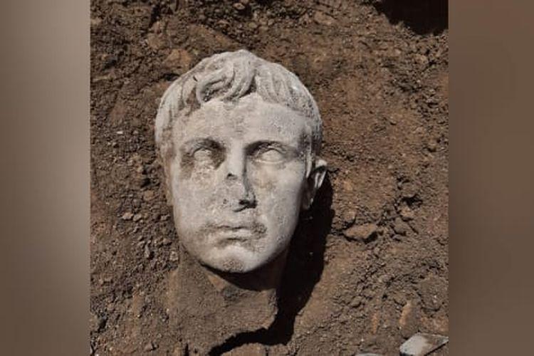 Kepala patung raja Augustus, akisar pertama Roma berusia 2.000 tahun ditemukan di Isernia. [MIBACTmolise/Facebook Via CNN]