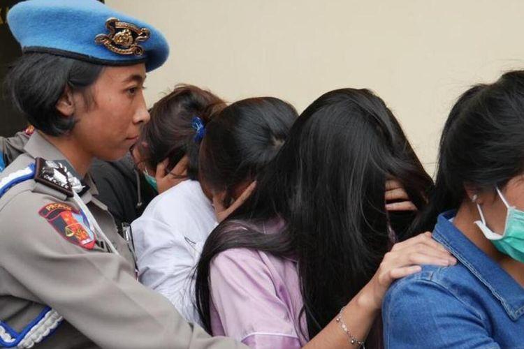 Empat orang korban tindak pidana perdagangan orang digiring ke Mapolres Cianjur untuk dimintai keterangan. Polisi menetapkan dua orang mucikari sebagai tersangka dalam kasus TPPO tersebut.
