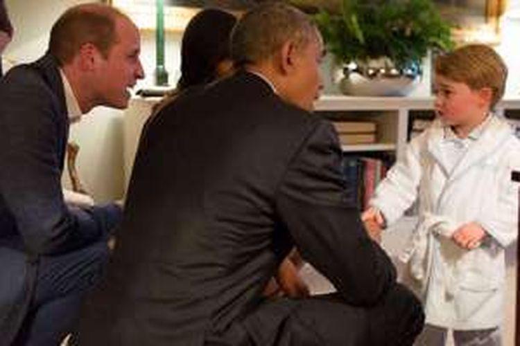 Pangeran William, Presiden Obama, dan Michelle Obama, bertemu dengan Pangeran George tepat di waktu tidur sang pangeran kecil tersebut.