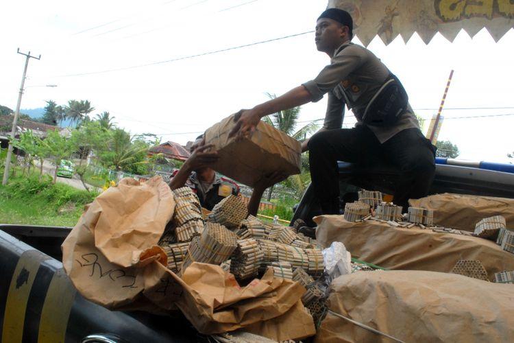Anggota Polres Sukabumi Kota menurunkan petasan dari mobil patroli polisi di Polsek Kebonpedes, Sukabumi, Jawa Barat, Jumat (14/4/2017).