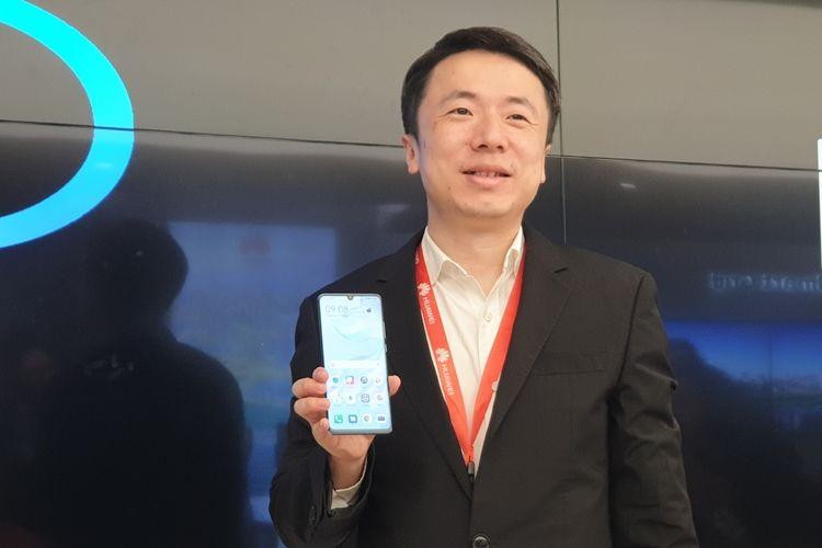 James Lu, Senior Manager EMUI Product Marketing Huawei memamerkan EMUI 10 di ponsel Huawei, Selasa (27/8/2019).