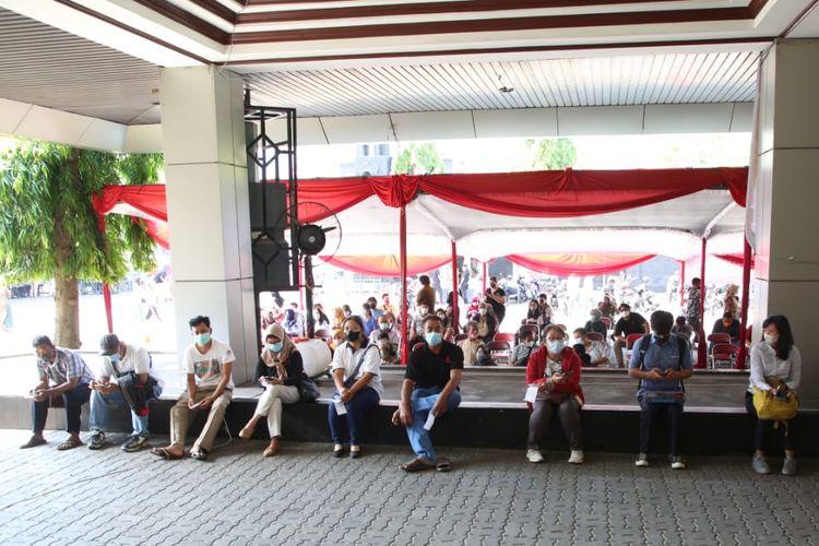 Penyelenggaraan vaksinasi di Sentra Vaksinasi Gradhika, Gedung Gradhika Bhakti Praja, Kota Semarang sempat membludak sejak dibuka, Selasa (8/6/2021).