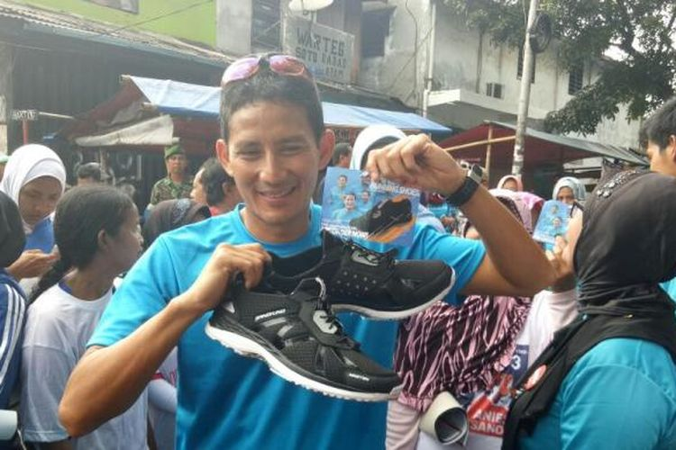 Calon wakil gubernur DKI Jakarta Sandiaga Uno meluncurkan sepatu lari saat kampanye Jakarta Berlari terakhir di Manggarai, Jakarta Selatan, Minggu (5/2/2017).