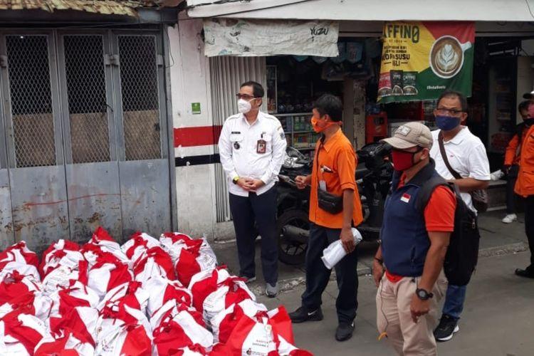Lurah Kalianyar Daniel Azka saat meninjau pembagian sembako dari presiden RI Joko Widodo di RW 08