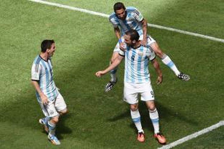Penyerang Argentina, Gonzalo Higuain, merayakan golnya bersama Angel Di Maria dan Lionel Messi pada pertandingan perempat final Piala Dunia 2014 melawan Belgia, Sabtu (5/7/2014).