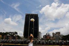 Perempuan Berdemo Sambil Pegang Mawar di Depan Aparat Venezuela