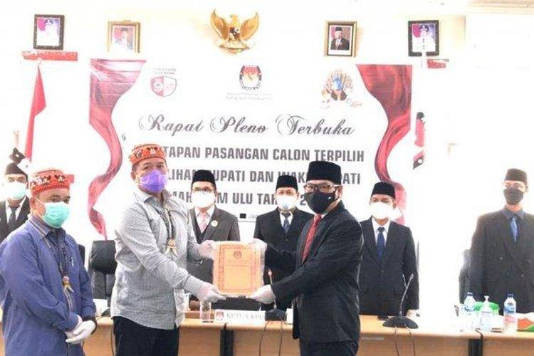 Bupati dan Wakil Bupati terpilih Pilkada Mahakam Ulu 2020, Bonifasius Belawan Geh – Yohanes Avun saat mengikuti penetapan pemenang dalam pleno terbuka, Sabtu (23/2/2021).