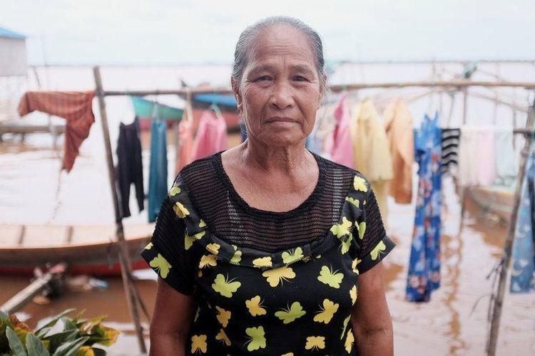Pun, Suwi memilih bertahan di rumahnya yang hanya berjarak beberapa meter dari laut, meski ancaman banjir rob membayangi. Meski dia akui, setiap hari dirinya merasa was-was.