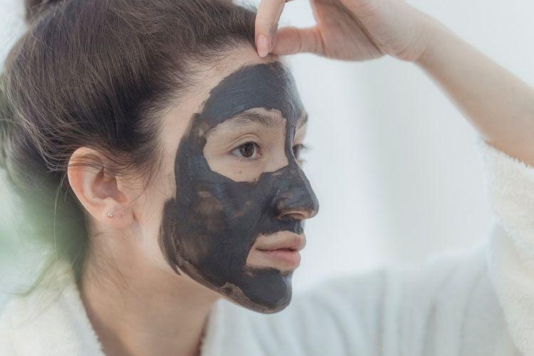Masker yang mengandung tanah liat (clay) atau arang (charcoal) dapat membantu menghilangkan kotoran dan minyak berlebih dari kulit sebagai salah satu cara menghilangkan komedo di hidung.