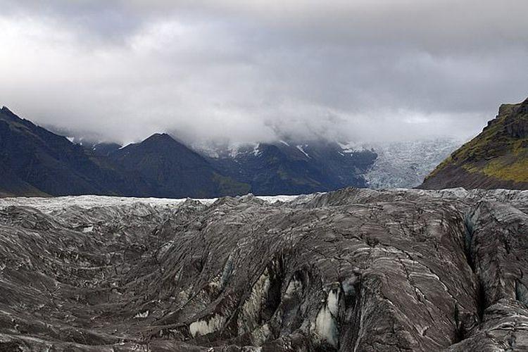 Gunung api Grimsvotn di Islandia yang hampir seluruh permukaannya tertutup es.