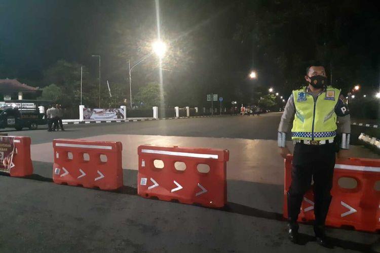 Lokasi penyekatan di Jalan POM IX simpang gedung DPRD Provinsi Sumatera Selatan, Rabu (23/6/2021). Penyekatan itu dilakukan polisi untuk menekan mobiltas warga Palembang lantaran penyebaran Covid-19 masih berlangsung.