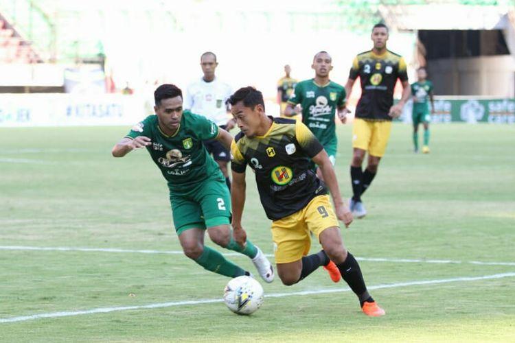 Penyerang Barito Putera, Samsul Arif, membawa bola dalam pertandingan Liga 1 melawan Persebaya Surabaya di Stadion Gelora Bung Tomo, Selasa (9/7/2019).