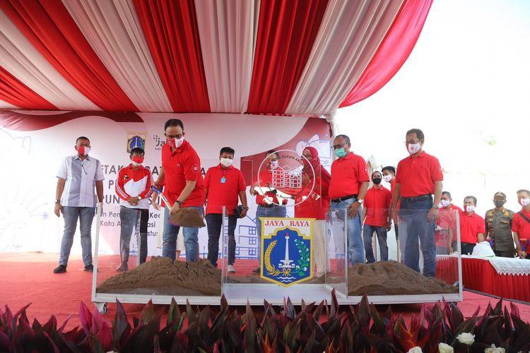 Gubernur DKI Jakarta Anies Baswedan secara simbolis melaksanakan peletakan batu pertama di Kampung Susun Akuarium, Penjaringan, Jakarta Utara, Senin (17/8/2020)