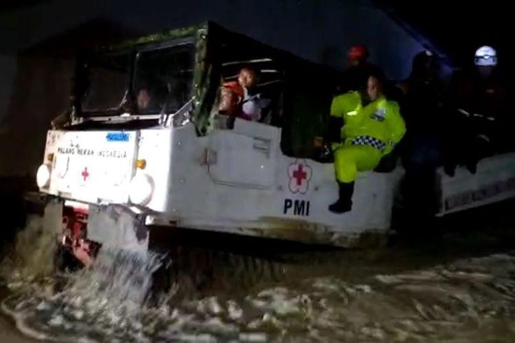 Banjir susulan kembali melanda Masamba, Luwu Utara, Sulawesi Selatan sejak Selasa (04/08/2020) malam akibat meluapnya sungai Masamba setelah diguyur hujan deras. Relawan yang masih berada di Lokasi banjir seperti PMI melakukan evakuasi warga.
