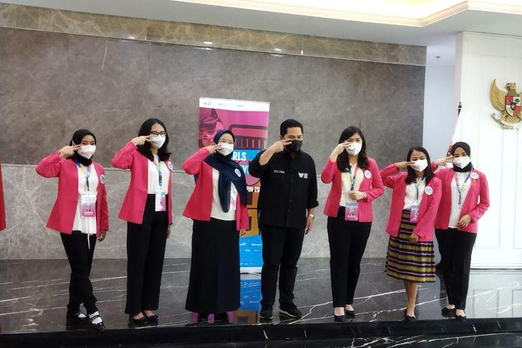 Menteri BUMN Erick Thohir bersama enam perempuan muda yang terpilih mengikuti program #GirlsTakeOver 2021 untuk menjadi Menteri BUMN dan petinggi perusahaan BUMN.