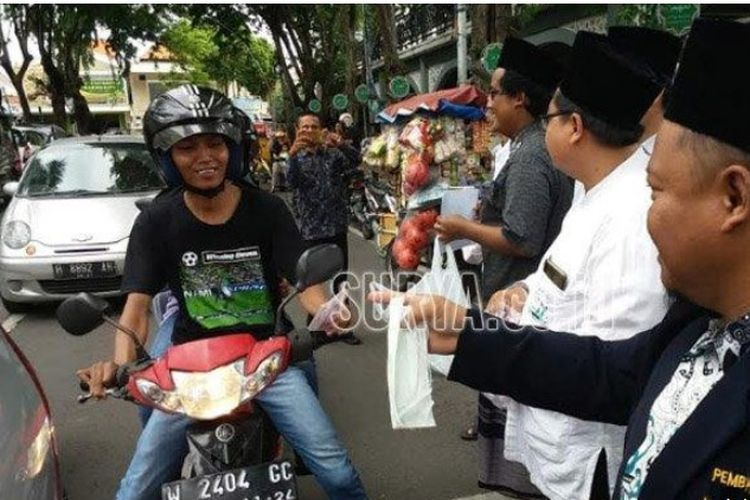 Aksi pembagian masker gratis di Gresik, Jawa Timur