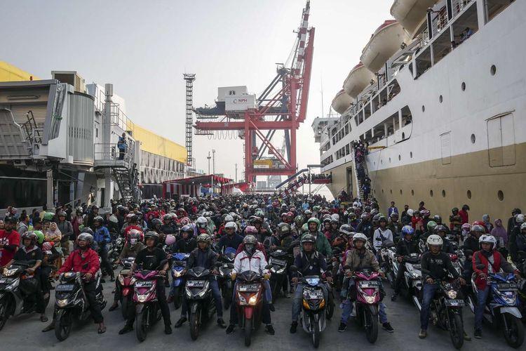 Pemudik yang menggunakan KM Dobonsolo tiba di Pelabuhan Penumpang Tanjung Priok, Jakarta, Minggu (9/6/2019). KM Dobonsolo mengangkut 1.542 orang peserta mudik balik gratis sepeda motor yang berangkat dari Pelabuhan Tanjung Emas Semarang. *** Local Caption ***
