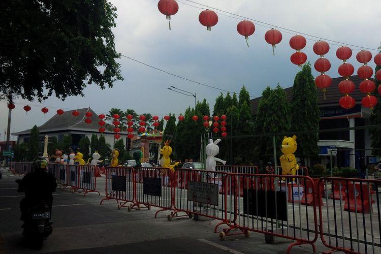 Lampion Imlek 2019 terpasang di kawasan Jalan Jenderal Sudirman (Jensud) di Solo, Jawa Tengah, Kamis (31/1/2019).