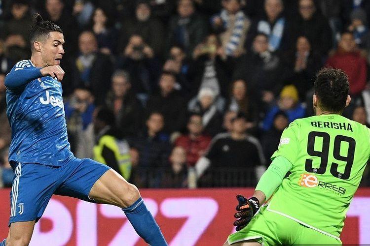 Penyerang Juventus, Cristiano Ronaldo, berusaha melepaskan tembakan saat tampil dalam pertandingan Liga Italia antara SPAL vs Juventus pada Sabtu (22/2/2020).