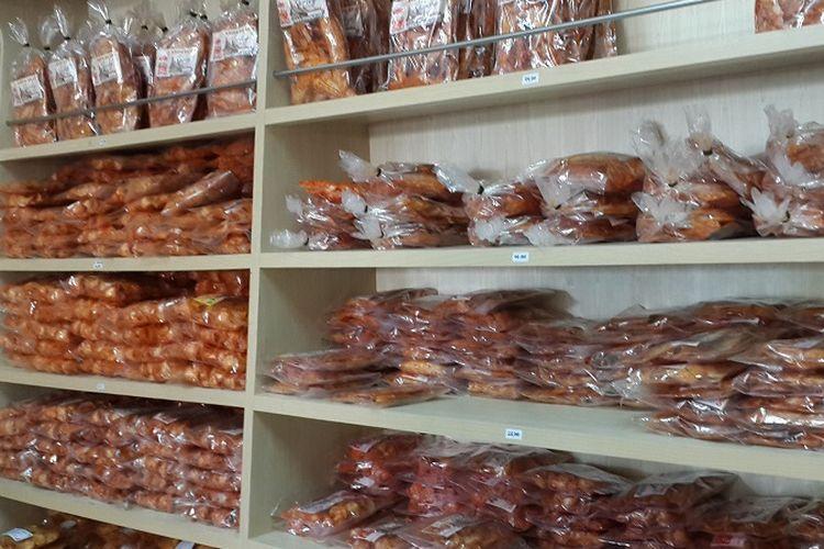 Keripik balado atau keripik pedas banyak dibeli pengunjung toko oleh-oleh di Kota Padang selama libur Lebaran 2017
