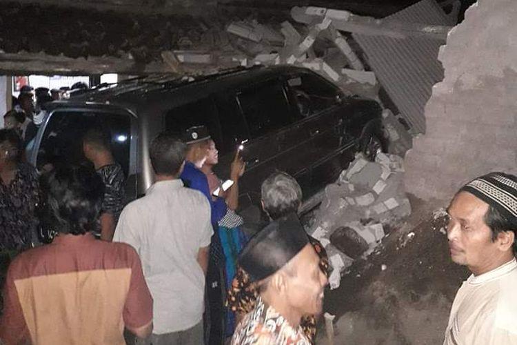 Mobil Isuzu Panther bernopol L 1476 GK yang dikemudikan oknum kepolisian, Iptu SY menghantam rumah warga di Desa Bangunrejo, Kecamatan Pamotan, Kabupaten Rembang, Jawa Tengah, Senin (25/5/2020) malam.(Dokumentasi Warga)
