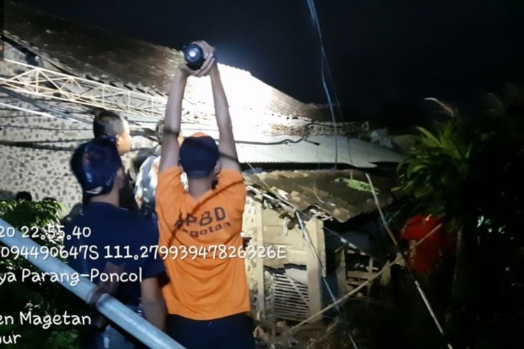 Angin kencang yang terjadi sejak Senin pagi membuat pemancar radio di Magetan roboh dan menimpa 2 rumah warga. Angin kencang juga membuat jalur pendakian ke Puncak Lawu sempat ditutup sementara.