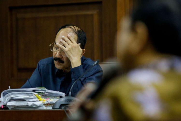 Terdakwa Fredrich Yunadi dihadirkan pada sidang kasus dugaan perintangan penyidikan Komisi Pemberantasan Korupsi (KPK) di Pengadilan Tipikor, Jakarta, Kamis (3/5/2018). Pada sidang kasus tersebut Fredrich Yunadi didakwa bersama-sama dengan dokter Bimanesh Sutarjo telah melakukan rekayasa agar Setya Novanto dirawat di Rumah Sakit Medika Permata  Hijau untuk menghindari pemeriksaan oleh penyidik KPK.