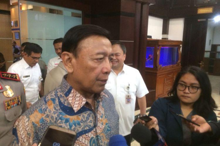 Menkopolhukam Wiranto usai rapat koordinasi dengan Wakapolri Komjen Ari Dono Sukmanto dan Kepala BNPB Willem Rampalingei di Kantor Kemenkopolhukam, Jakarta Pusat, Selasa (9/10/2018).