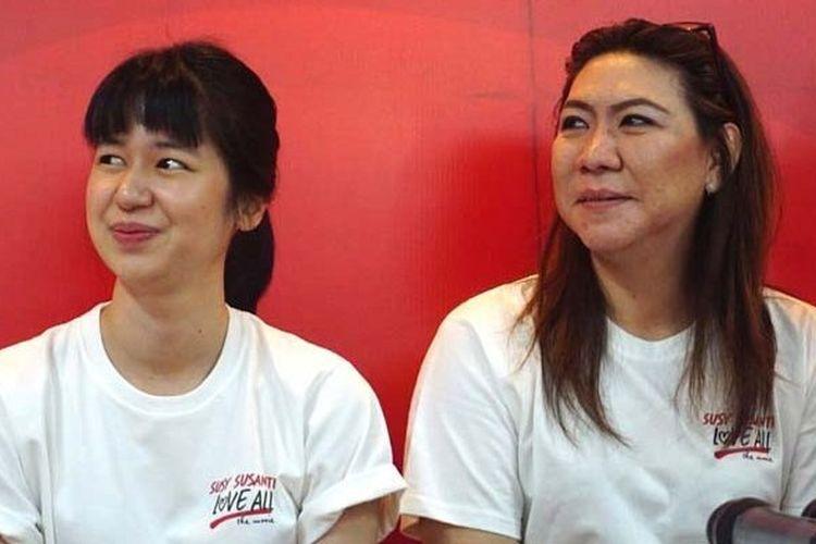 Aktris Laura Basuki (kiri) dan Susy Susanti saat konferensi pers tentang film Susy Susanti: Love All.